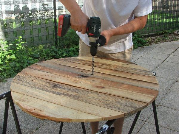 Quelle perceuse choisir pour des travaux dans mon jardin - Comment fabriquer une table de jardin avec des palettes ...